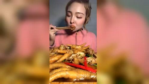 妹子吃鸡爪子,看嘴型就知道好吃