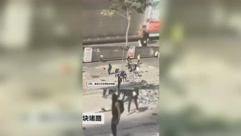 今日还有暴徒在大街上搞破坏:砖头扔满地 拆掉公共电话亭当路障