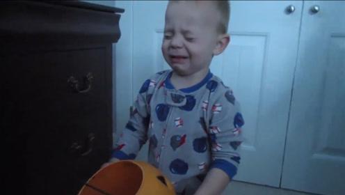 小宝宝万圣节要来的糖果,结果睡一觉就全没了,小娃气的嚎啕大哭