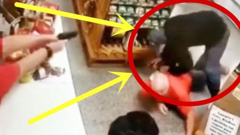 强势反杀!蒙面男子持枪抢劫商店,被老板一眼识破一枪击中!