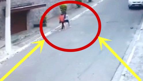 女儿陪母亲散步,丝毫没察觉异样,监控拍下可怕5秒!