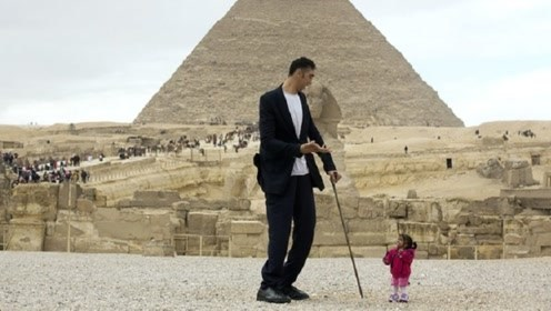 世界最高男人和最矮女人,一起现身金字塔,这身高差太萌了!