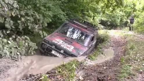 疯狂!日产途乐硬派越野,一个深水坑过后征服了在场的越野车!