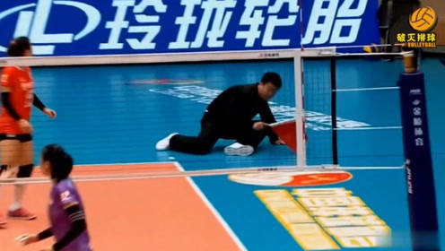 """司线员被吓得""""瘫坐""""在地上,李盈莹的后攻暴扣威力太大了:采采吓死宝宝了"""