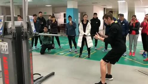 外国友人练习臂力平衡,还带着翻译和一堆中国学生,很棒