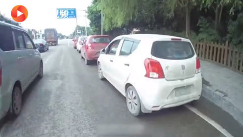 5辆电动汽车组团游 3人无证2人准驾不符!