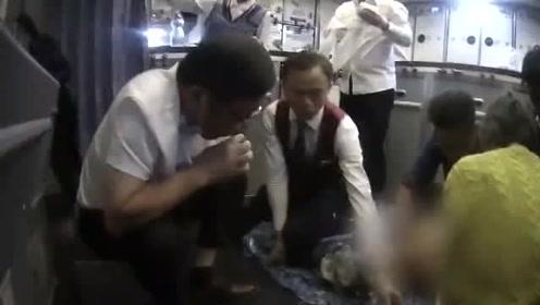 老人飞机上无法排尿膀胱可能破裂 医生用嘴吸尿救人