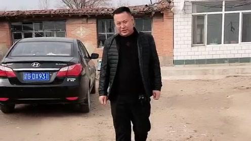 这是我们村的老光棍,年收入百万有车有房,就是没有女孩子愿意跟着他!