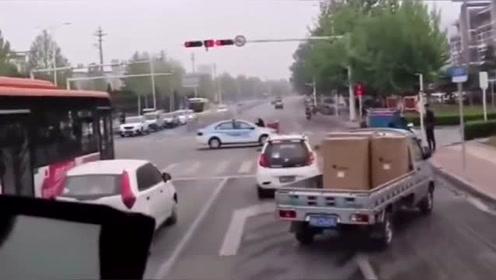 点赞小货车和白色轿车,毫不犹豫让出生命通道,好样的!