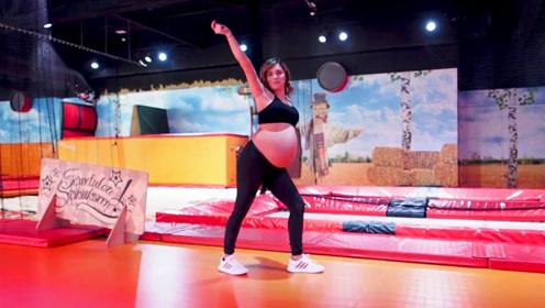 孕妈挺大肚跳宝宝舞,奶爸也来凑热闹,扭腰摆臀玩的太开心了