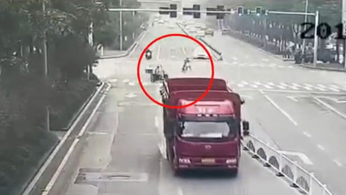 为省时间闯红灯横穿斑马线 摩托车驾驶员伤人伤己还被罚