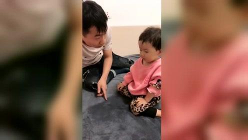 小家伙真可爱,自己尿床了,却说是爸爸尿的
