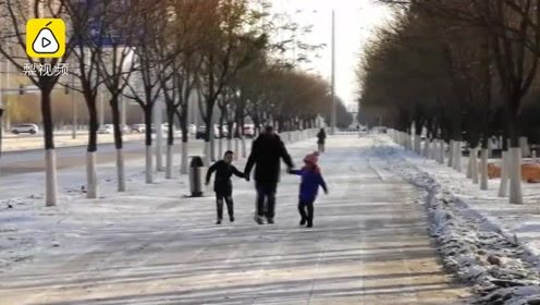 """沈阳大雪学校停课一天,爷爷带孙子上街遛弯打""""呲溜"""""""