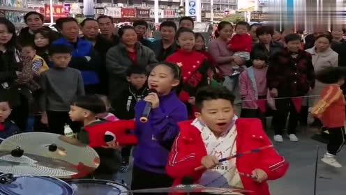 小哥哥打鼓,小妹妹唱歌,DJ版配乐节奏感十足,观众还不少!