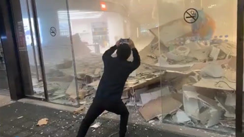 突发!深圳一大型商场天花板突然坠落 现场一片狼藉