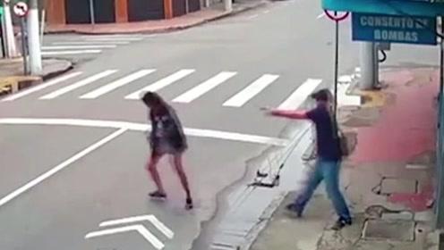 上帝眷顾之地?!巴西女乞丐沿街追讨1块钱,被对方一枪毙命