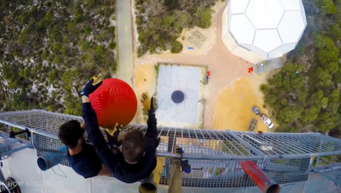 30公斤的乐高球和蹦床的激情碰撞,会有什么意外发生呢