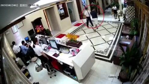 深圳警方21日公布郑文杰多次出入会所的监控视频