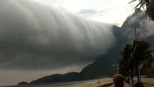 """巴西一处海滩出现巨大的""""卷轴云"""",整个场面犹如末日景象"""