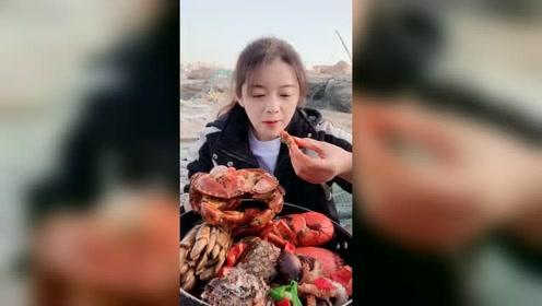一个面包蟹就吃饱了,看小姐姐吃我都饿了