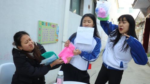 学生按名字笔画领黏土,10画为1坨,学生为了玩黏土改名字