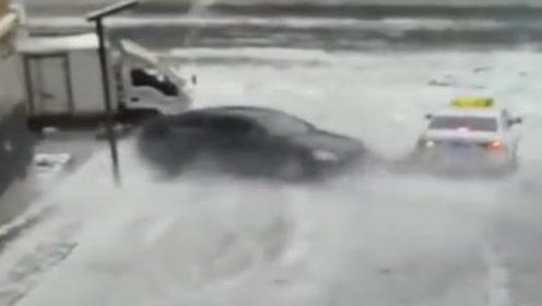 """轿车上演""""神龙摆尾"""" 在雪地里旋转2圈又连撞2车"""