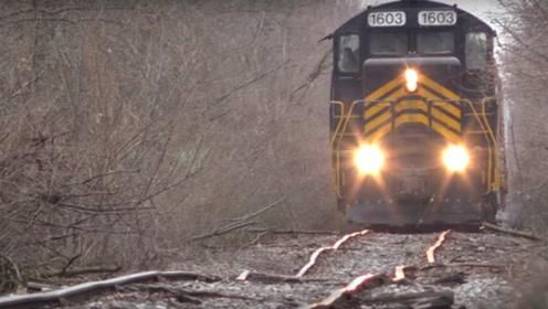 外国轨道扭曲得像泡面,仍有火车行驶,不怕危险吗?