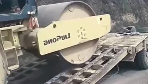 到底是压路机太重了,还是动力不足,上车也太困难了吧!