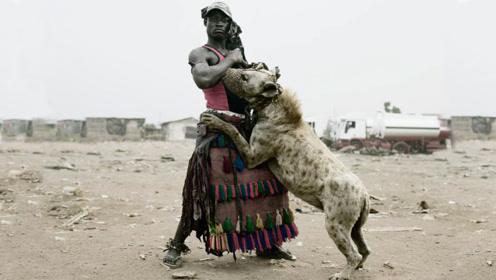 连狮子都望而生畏的鬣狗,看到非洲人吓得绕道走,这个镜头看了心酸