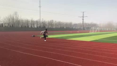 田径体育生跑步训练,空旷的操场上只有这一个孤独的身影!