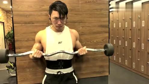 这个小哥哥最近也常见,眼镜配肌肉男简直帅气,想认识