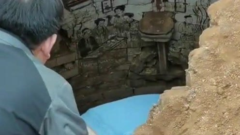 挖掘机工地施工,突然好像发现了什么不得了的事情,墙壁上还有画!