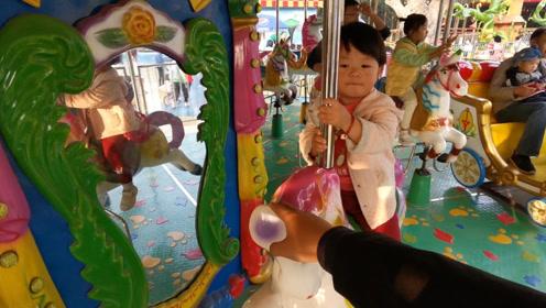 爸爸陪孩子逛游乐场,陪宝宝玩旋转木马,多好的亲子时光!