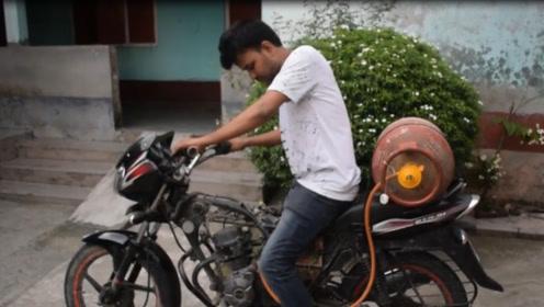 印度男子骑摩托车加不起油,用煤气代替汽油,屁股后面直接绑气罐