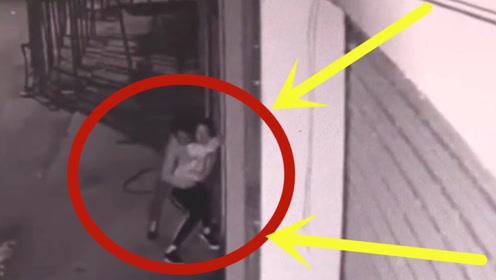 """长腿少妇回家遭遇""""噩梦"""",双手被锁的那一那,监控拍下无耻一幕!"""