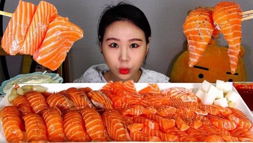 品尝美食:吃美味三文鱼