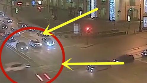 两位女司机同时闯红灯,瞬间变身为灾难现场,场面不忍直视!