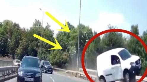 司机准备超车,没想到却经历的一生最刺激的3秒,监控拍下全过程!