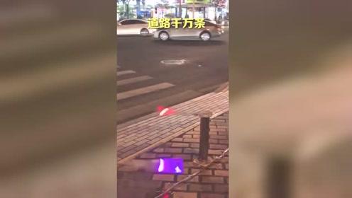 为了防止行人闯红灯,交警费尽了心思
