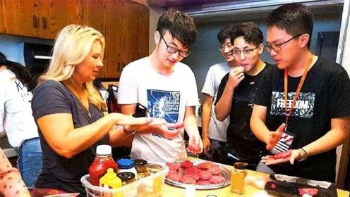 中国留学生在宿舍做饭,不料装盘后遭美国学生疯抢,场面瞬间失控