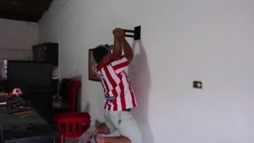 工人发明的新型挂钩,钉在墙壁上能把人吊起来