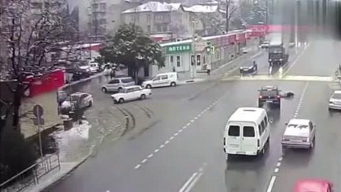 撞车后汽车自己停到车位上!