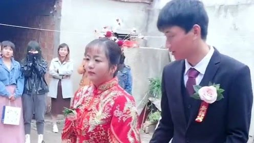 朋友结婚看到这一场面,这个新娘太懂事了,这一跪并不能表达所有感情!
