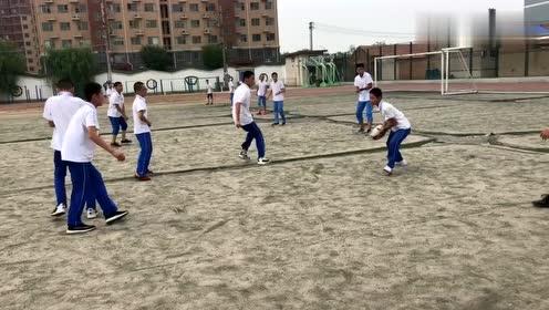 学校里面的小哥哥,大家一起玩橄榄球,这才是学生该有的样子