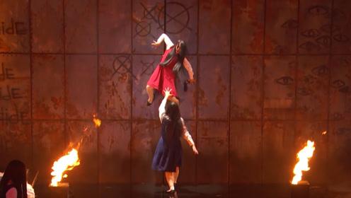 """达人秀:诡异女孩又来了!现场表演""""招魂术"""",女评委直接被吓哭!"""