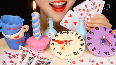 美女吃播吃创意甜点:钟表烛台扑克牌,造型逼真好吃到爆!
