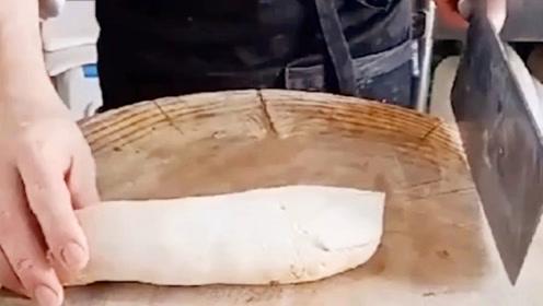 店里新来的大厨,单凭他这熟练的刀工,就感觉不简单啊!