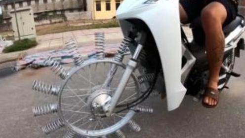 牛人将摩托车胎换成弹簧,一脚油门,整个人傻掉了