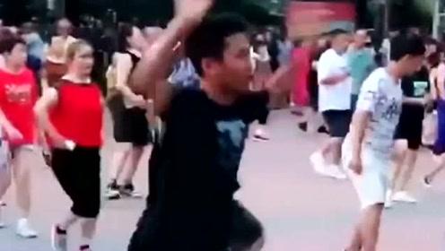 小伙儿舞姿真精神!这样的舞步你是全世界最靓的仔,太厉害了吧!