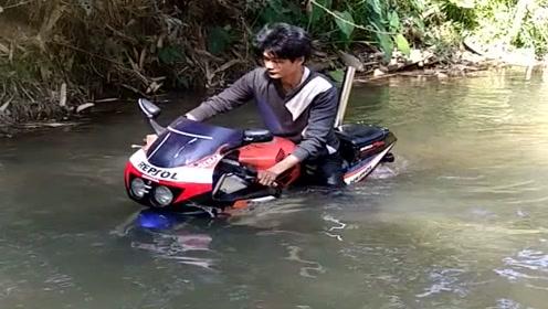 农村小伙这辆摩托车厉害了,竟然可以在水里行驶,佩服!